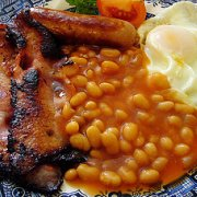 Bacon in beans and tomatoes