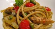 Spaghetti with chicken tomatoes and peas